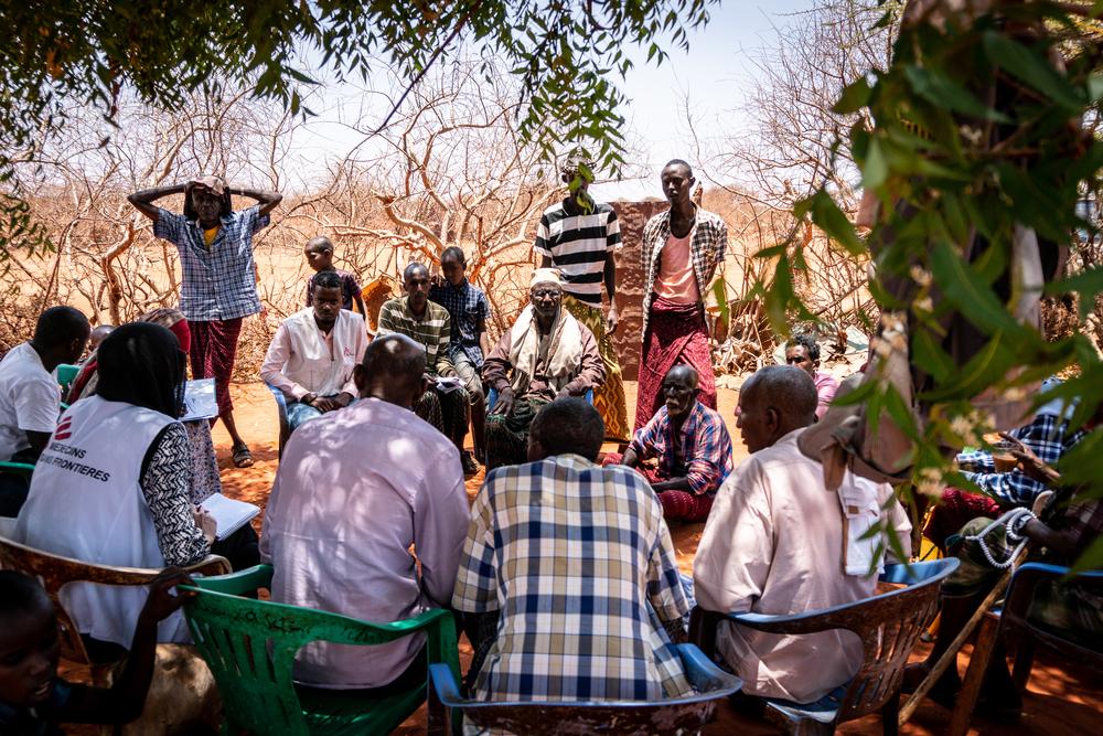 Etiópia: sensibilização comunitária durante chá com leite de camelo