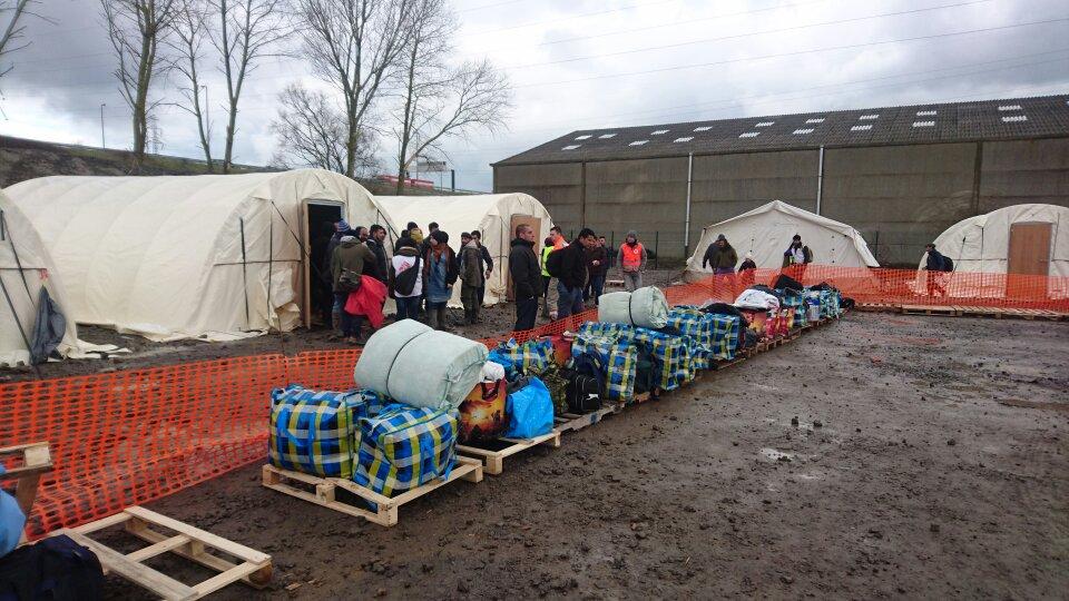 França: acampamentos humanitários devem oferecer abrigo aos refugiados, e não vetar sua entrada