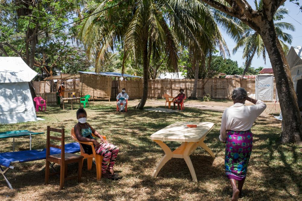 Paciente infectada com a peste pneumônica recebe tratamento no centro de triagem e tratamento para peste em Toamasina, em Madagascar (Foto: Rijasolo/Riva Press)