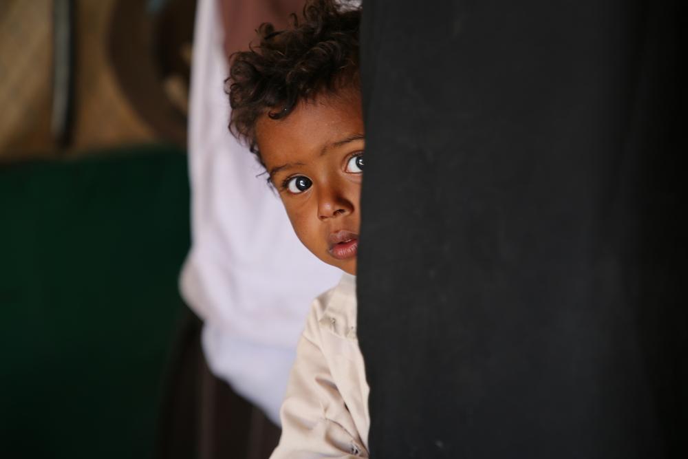Hana Al Hakeimi, enfermeira de MSF no projeto Marib. Ela está medindo a altura de uma criança no Ambulatory Therapeutic Feeding Center (ATFC) da clínica móvel de MSF (Nuha Haider / MSF).