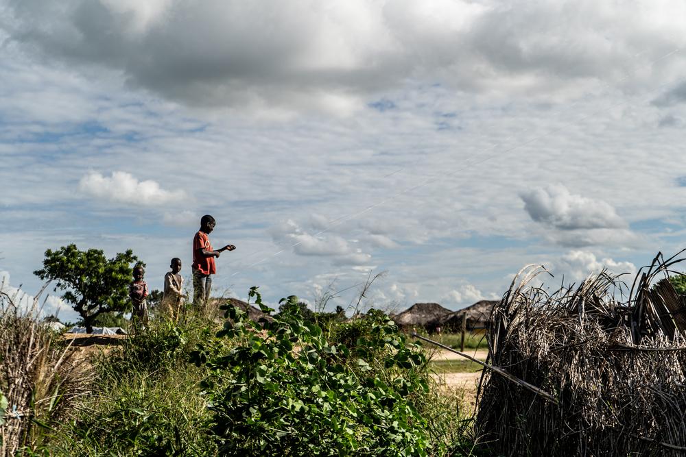 Crianças empinam pipas no acampamento 25 de Junho para deslocados internos, na província de Cabo Delgado. Moçambique, abril de 2021. © TADEU ANDRE/MSF
