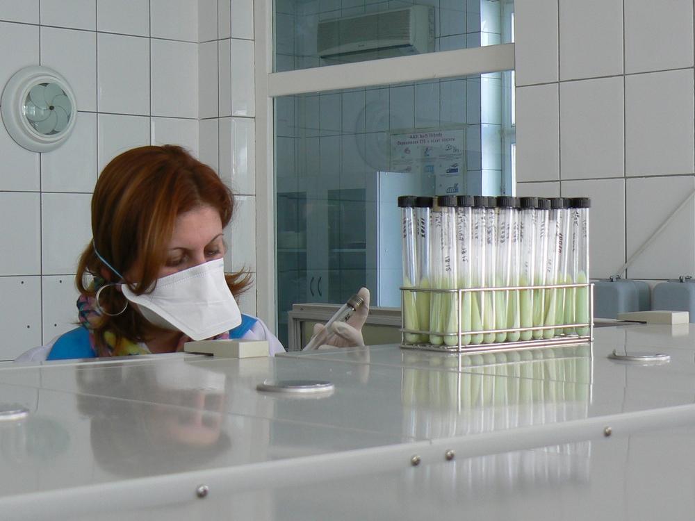 Técnica de laboratório no Laboratório Nacional de Referência em Abovyan, na Armênia. (Foto: Andrea Bussotti/MSF)