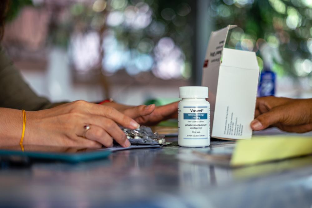 Um membro da equipe de MSF prepara medicamentos para um paciente em um escritório de MSF, em Yangon. Mianmar, abril de 2021. © MSF/BEN SMALL