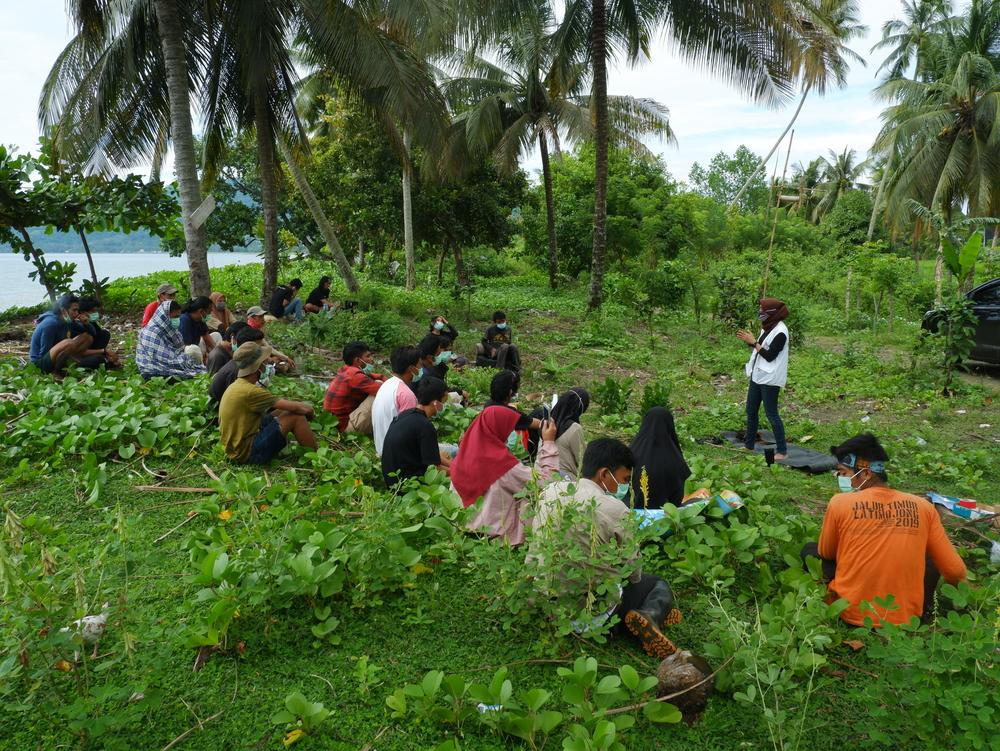 Sessão de primeiros socorros psicológicos com jovens voluntários locais. Eles aplicarão o método às comunidades afetadas, no subdistrito de Tapalang Barat (MSF)