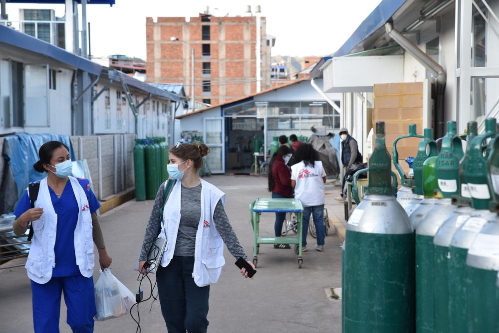 Equipes de MSF prestando atendimento a pacientes com COVID-19 no hospital Antonio Lorena, Cusco, Peru. Foto: Clément Locquet/MSF
