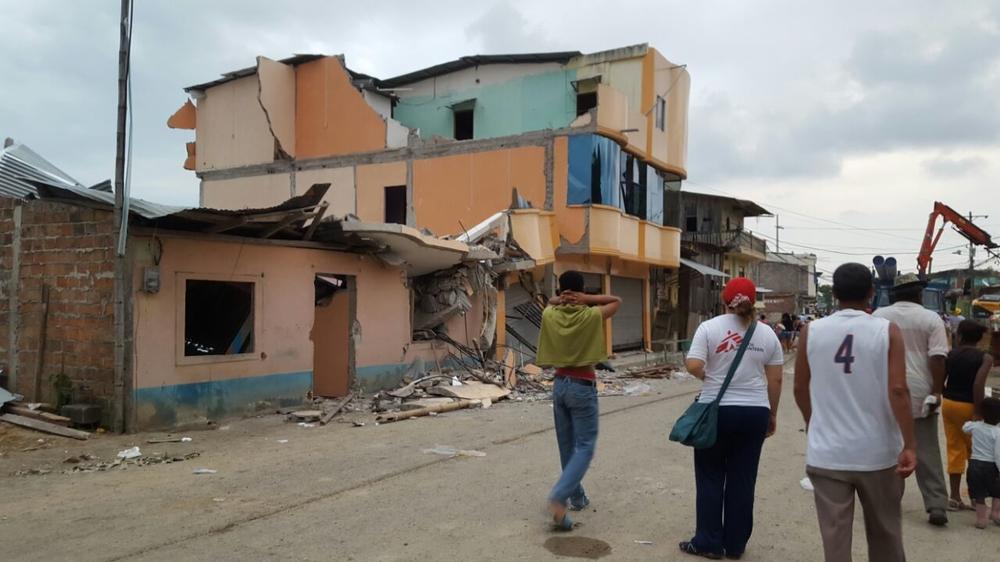 Equipes de MSF atendendo às necessidades médicas no Equador após o terremoto de magnitude 7,8 que atingiu o nordeste, em 2016.