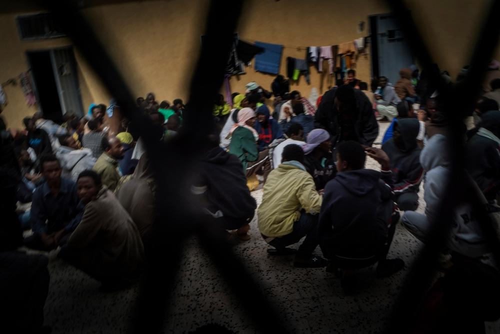 Encerramento de centro de detenção na Líbia expõe migrantes e refugiados a condições piores