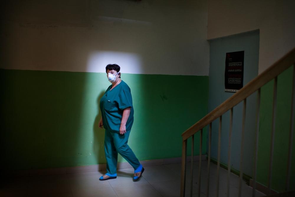 Enfermeira no hospital regional de tuberculose de Zugdidi, na região de Samegrelo, na Geórgia, onde MSF começou a trabalhar em 2006.(Foto: Daro Sulakauri/MSF)