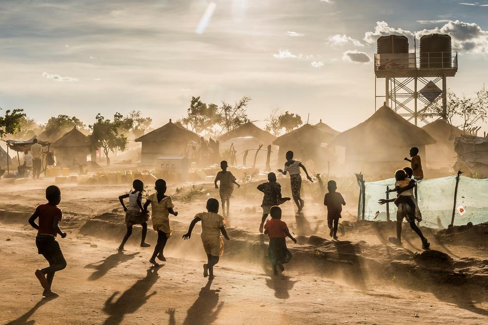 Crianças brincam no campo de Bidibidi (Foto: Frederic NOY/COSMOS)