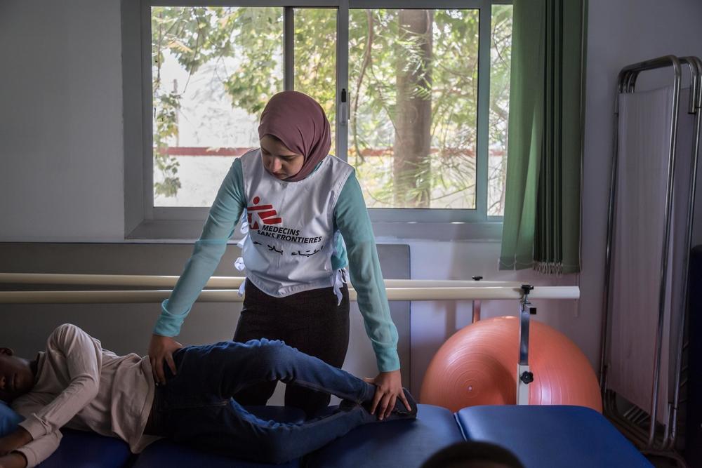 Psicólogo / fisioterapeuta / assistente social de MSF com um paciente na clínica de MSF para tratamento de vítimas de violência em Maadi, Egito.