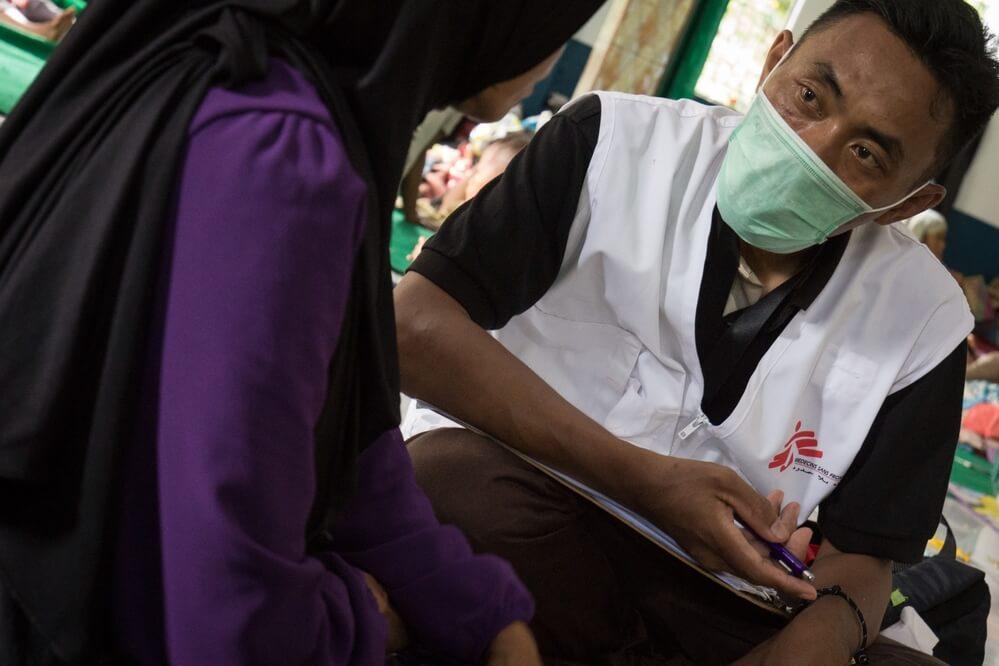 Prestando assistência médica às vítimas do tsunami