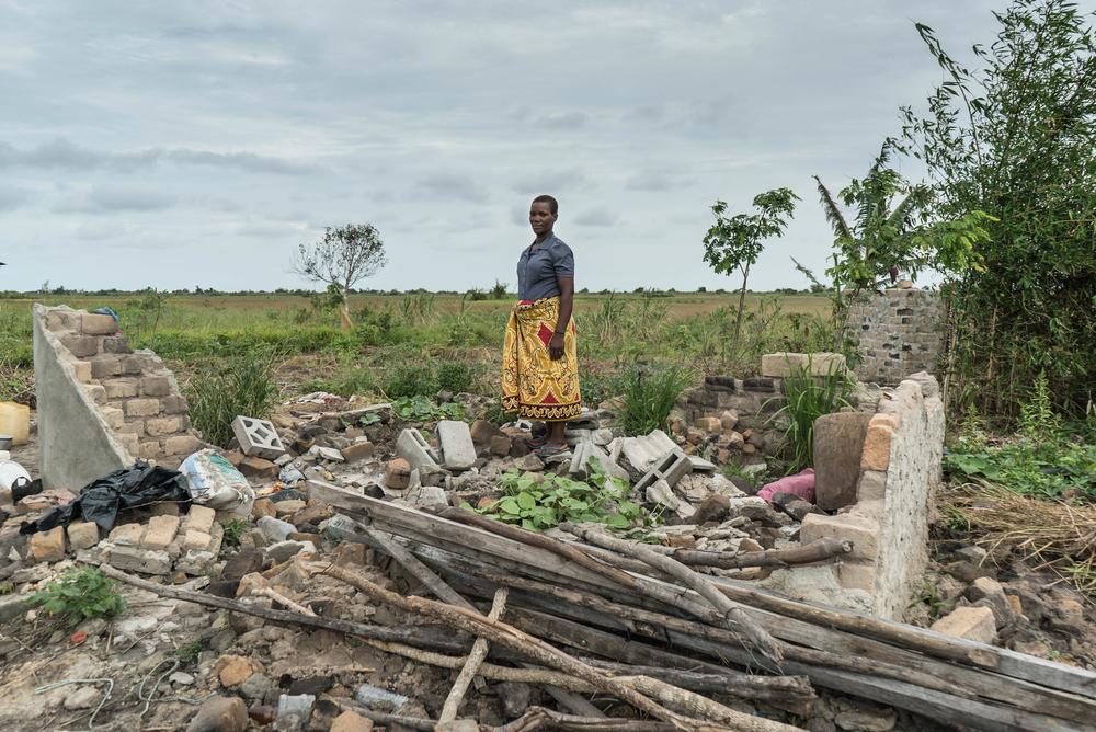 Maria Pedro, que sobreviveu ao ciclone Idai, em pé ao lado do que restou de sua casa