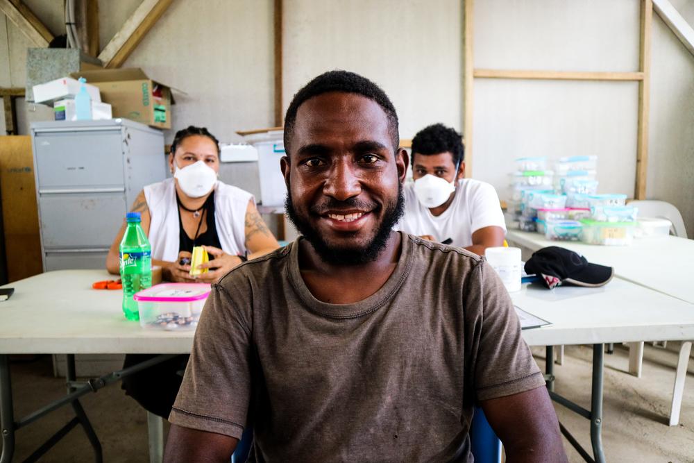 Brian Andrew vai à clínica de tuberculose de MSF em Kerema todos os dias para tomar seu remédio sob supervisão. Província do Golfo, Papua Nova Guiné, junho de 2019. © SIMON MING/MSF