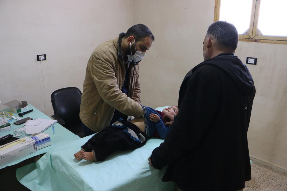 Transferindo um centro de saúde em meio a bombardeios