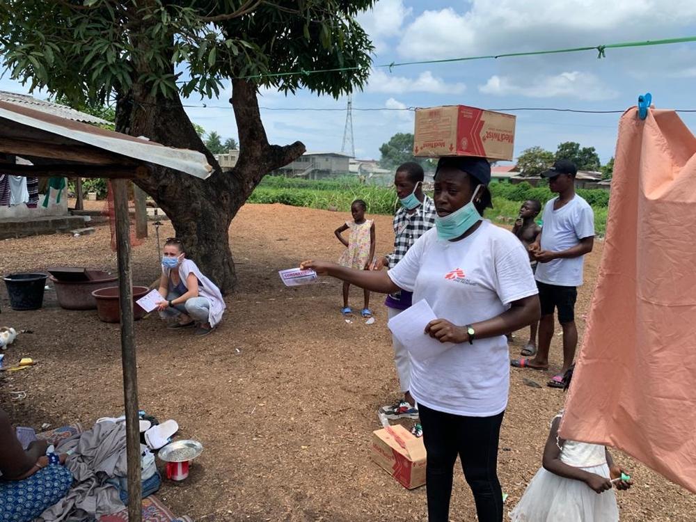 Funcionários e voluntários de MSF realizam uma campanha de conscientização sobre higiene contra a COVID-19 e distribuem sabonete para famílias na cidade de Logan, perto da capital Monróvia (Ruud van der Linden/MSF).