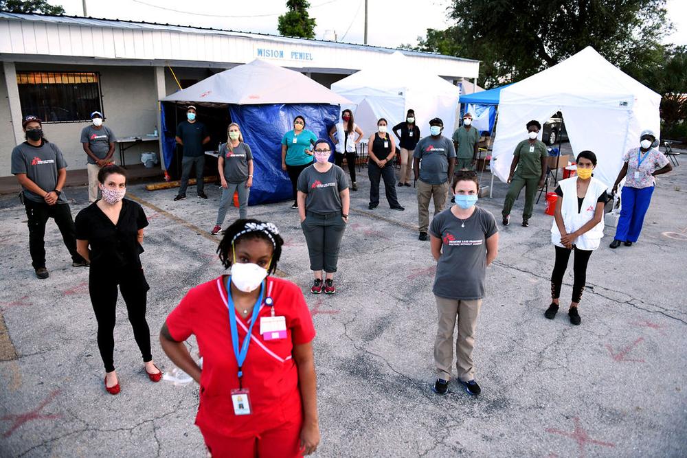 Equipe em uma clínica de testes para COVID-19 conjunta com Médicos Sem Fronteiras (MSF) em um estacionamento na Flórida. Foto por: Taimy Alvarez / MSF
