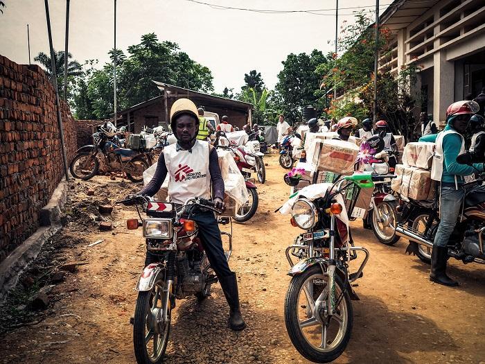 Motociclistas de MSF levando medicamentos para Matili, na RDC (Foto: arquivo pessoal)
