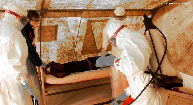 A Febre de Marburg é hemorrágica, com taxa de mortalidade altamente contagiosa. Médicos Sem Fronteiras faz supervisão e treinamento para gestão clínica da doença; e tem medidas de controle da infecção com equipamentos especializados e kits para tratamento