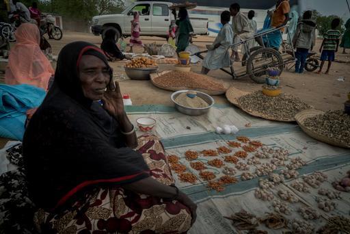 """– Halimi Hamat vende alimentos no mercado local de Bokoro. """"As pessoas não têm dinheiro, então não vendo muita coisa"""", diz ela."""