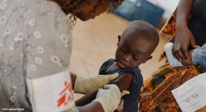 O sarampo é uma doença viral contagiosa e uma das maiores causas de morte entre crianças. A vacinação é a melhor forma de proteção e pode reduzir o número de casos e mortes. Médicos Sem Fronteiras já tratou e vacinou milhares de pessoas com sarampo.