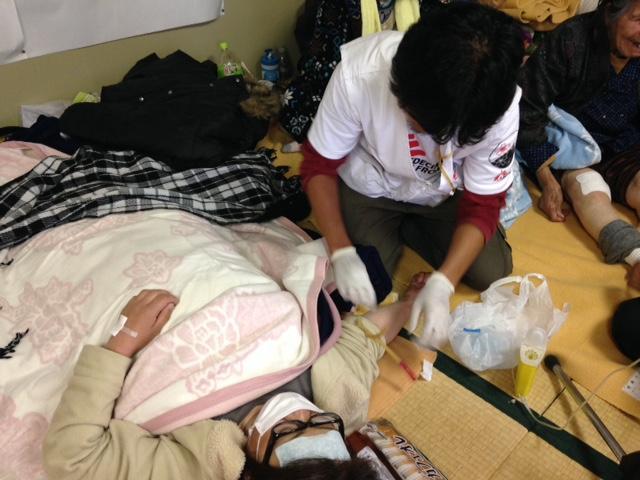Tomoyuki Hatai, enfermeira de MSF, em abrigo estruturado no ginásio Hakusui, em Minami-aso (Foto: Shumpei Tachi/MSF)