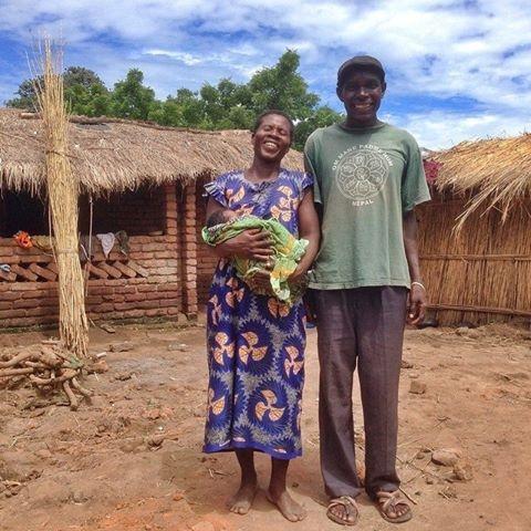 Família recebe novo membro em meio às devastações causadas pelas enchentes no Malauí
