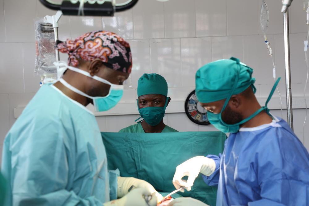 Na sala de cirurgia do Hospital de Referência Geral de Popokabaka, o cirurgião de MSF Johnny Kasangati e sua equipe realizam uma cirurgia em um paciente com perfuração intestinal devido à febre tifóide. Foto por: Franck Ngonga