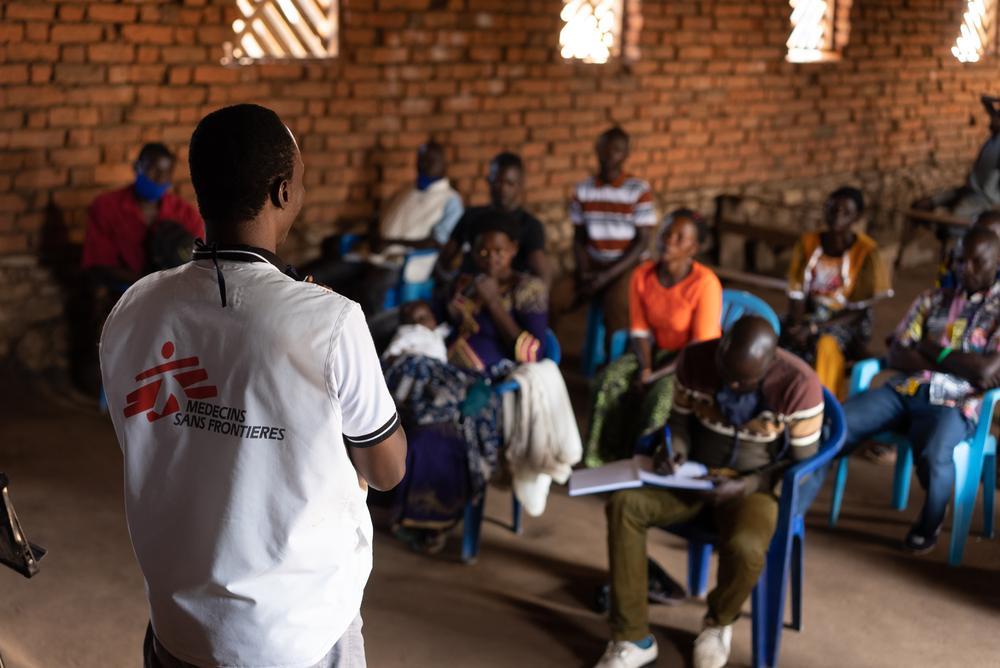 Promotor de saúde de MSF, Lambert, liderando uma sessão de treinamento para o comitê de gestão do local de saúde da comunidade (COGESITE) no local de deslocados de Pajen - zona de saúde de Angumu. Foto por: Gabriele François Casini