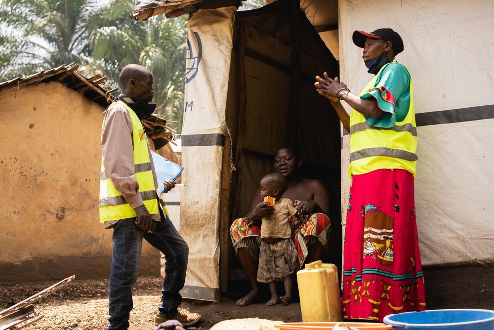 Retransmissores comunitários (RECO) verificando recuperação de criança afetada por desnutrição no sítio de deslocados em Ugudo Zii. Foto por: Gabriele François Casini / MSF
