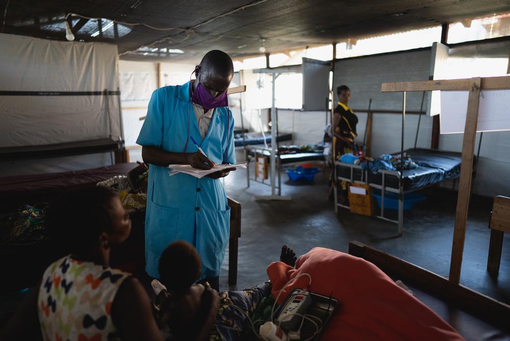 Funcionários do Ministério da Saúde trabalhando na enfermaria pediátrica do Hospital Geral Regional de Angumu. Foto por: Gabriele François Casini / MSF