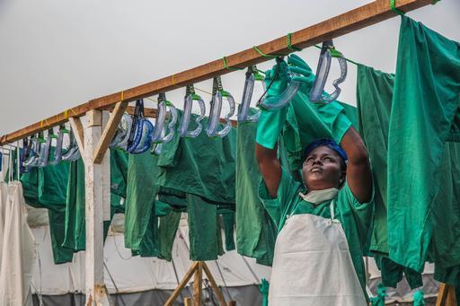 No período de pico da epidemia, MSF contava com 4 mil profissionais nacionais e 325 internacionais na luta contra o surto (Foto: Anna Surinyach/MSF)