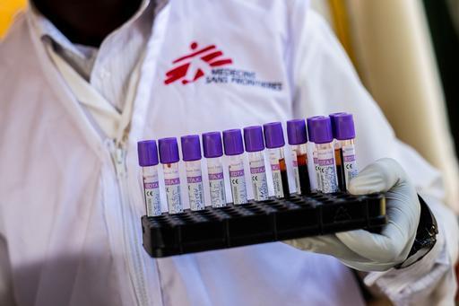 Profissional de MSF leva amostras sanguíneas para laboratório do departamento de HIV de hospital em Uganda (Foto: Isabel Corthier)