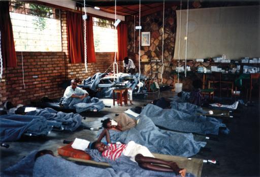 Abril de 1994: Unidade de internação do hospital de MSF e do Comitê Internacional da Cruz Vermelha, instalado num orfanato de freiras, em Kigali, Ruanda (Xavier Lassalle/MSF)