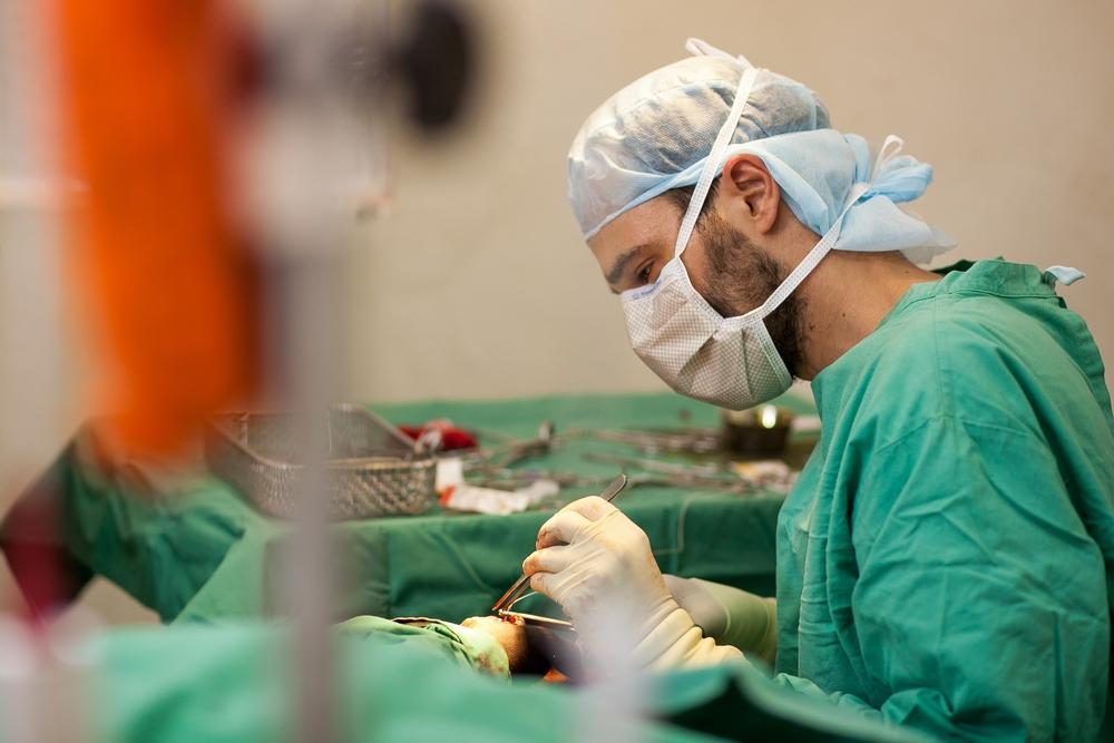 O cirurgião Dr. Christos Christou opera um jovem com um tiro na mão esquerda. Gogrial, Estado de Warrap, Sudão do Sul, junho de 2013 (Isabel Corthier/MSF)
