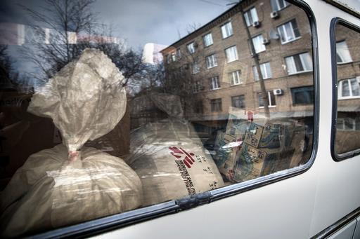 Equipe de MSF abastece caminhão com suprimentos para levar a hospital em Artemivsk, em Donetsk (Foto: Francesca Volpi)