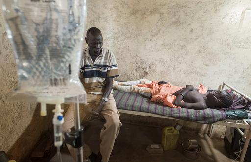 Kume Saadi Kuony, de 14 anos, se recupera no hospital de MSF em Leer (Foto: Petterik Wiggers)