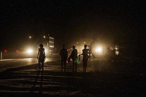 """Pessoas caminhando pelo """"corredor"""" de Beira, que se estende de Moçambique até o Malaui (Foto: GIANLUIGI GUERCIA/AFP PHOTO)"""