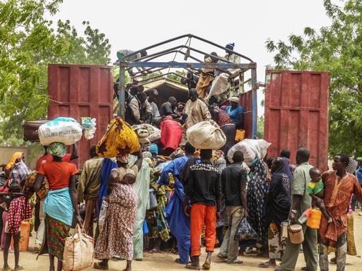 Pessoas deixando suas casas em meados de maio para fugir da violência em Diffa (Foto: MSF)