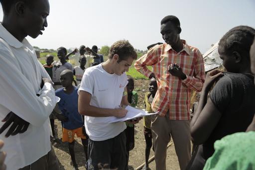 Epidemiologista de MSF conduz pesquisa sobre picada de cobra na região de Agok, no Sudão do Sul (Foto:  Pierre-Yves Bernard/MSF)
