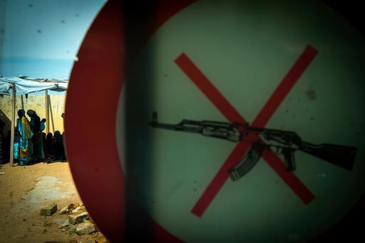 Símbolo que proíbe a entrada de armas em instalação de MSF no Chade (Foto: Ricardo Garcia Vilanova)