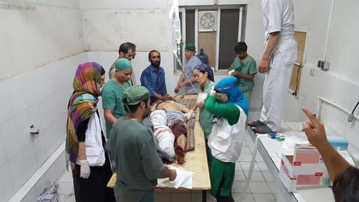 Dra. Evangeline Cua e profissionais de MSF tratam colegas e pacientes feridos logo após o ataque em Kunduz (Foto: MSF)