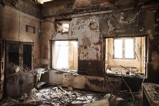 Uma das entradas do ambulatório foi totalmente destruída pelas chamas (Foto: Andrew Quilty)