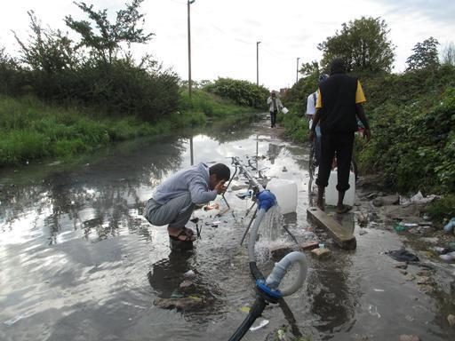 A distribuição de água é precária no acampamento. Alguns pontos têm vazamento e alagam o local.