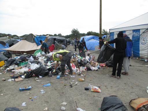 O lixo é um problema no acampamento. MSF organizou coleta de lixo e distribuição de sacos de lixo