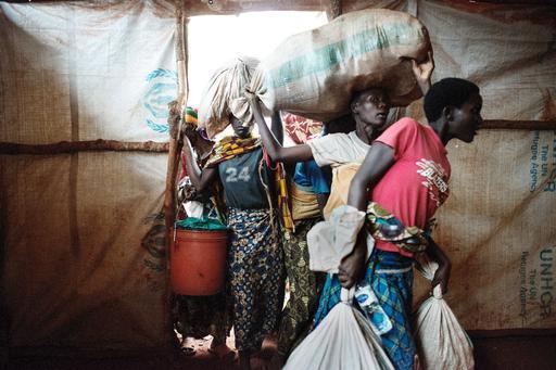 Refugiados burundineses recém-chegados entram em sua nova tenda na Tanzânia (Foto: Luca Sola)