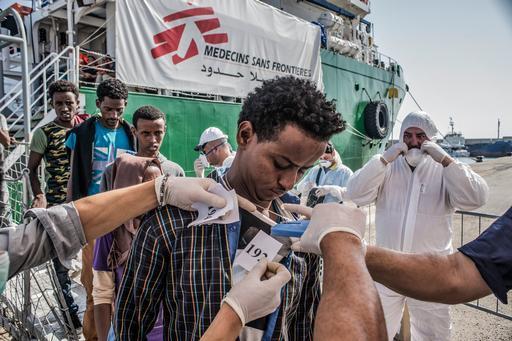Refugiado desembarcando do Bourbon Argos, navio de busca e resgate de MSF, em Calabria, Itália (Foto: Francesco Zizola/NOOR)