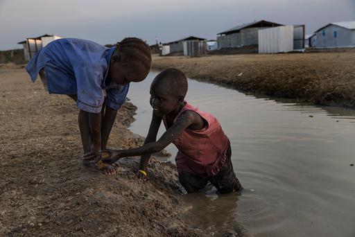 Famílias estão instaladas em áreas inundadas e inapropriadas para habitação, sem acesso adequado a água e saneamento (Foto: Anna Surinyach/MSF)