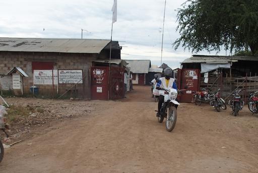 Todas as manhãs, agentes de saúde comunitários levam medicamentos e equipamentos em motocicletas para vilarejos no Sudão do Sul (Foto: Alexandra Malm/MSF)