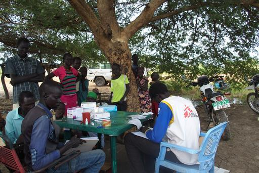 Pacientes se organizam enquanto o agente de malária Abraham prepara o início das atividades de teste e tratamento em vilarejo no Sudão do Sul (Foto: Alexandra Malm/MSF)