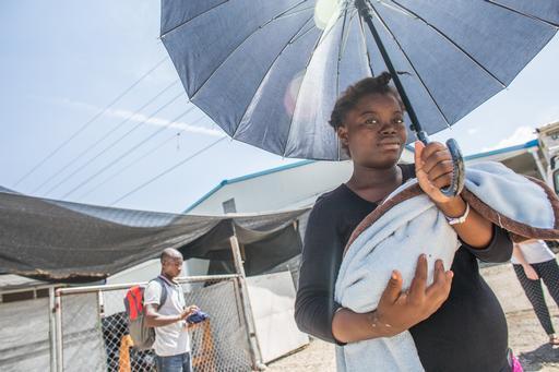 Cherline deixando o Cruo de MSF com sua filha recém-nascida (Foto: Shiho Fukada/Panos)